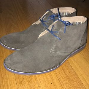 CLARKS SUEDE CHUKKA SHOES (SIZE: 10.5)